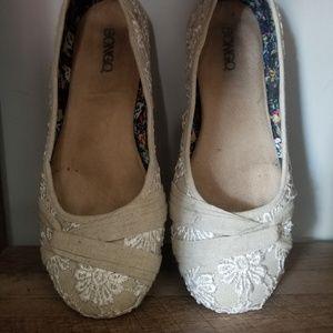 Bongo size 9 white and cream flats w/ rounded toe